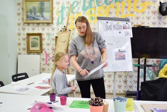 Lektor kreslení a dítě